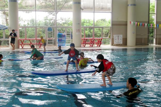 小学校でのサーフィンスクール